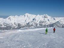 滑雪者和Mt Saentis 图库摄影