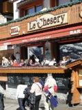 滑雪者在一家室外小餐馆放松 免版税图库摄影