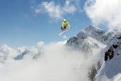 滑雪者在山跳 极端滑雪体育 Freeride 库存照片