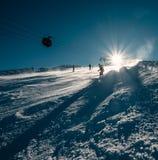 滑雪者在雪倾斜滑下来 库存照片