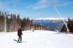 滑雪者在Jasna低Tatras的一个倾斜乘坐 免版税库存照片