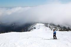 滑雪者在Strbske Pleso滑雪胜地的一个倾斜乘坐 库存图片