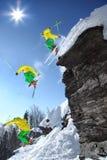 滑雪者整个上涨从峭壁的 库存照片