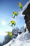 滑雪者整个上涨从峭壁的 免版税库存照片