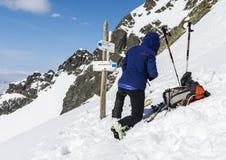 滑雪者滑雪为乘坐做准备 免版税库存照片