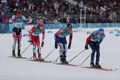 滑雪者竞争在人` s 15km + 15km在2018年冬奥会的Skiathlon的许多开始 免版税库存照片