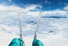滑雪者腿细节准备好下来小山奔跑 免版税图库摄影