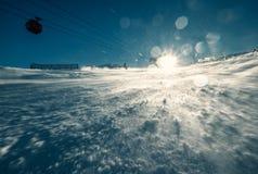 滑雪胜地在明亮的晴朗的光的雪小山 库存图片