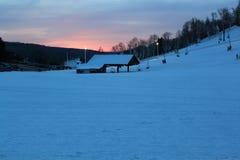 滑雪胜地在黎明 免版税库存照片
