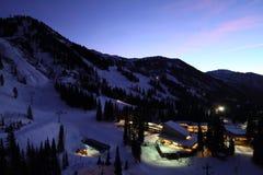 滑雪胜地城镇地平线晚上 库存图片
