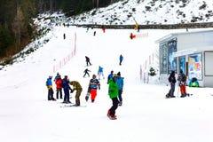 滑雪胜地班斯科、保加利亚、滑雪者和挡雪板 库存图片