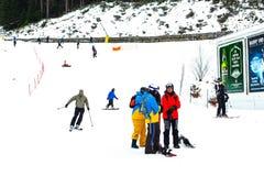 滑雪胜地班斯科、保加利亚、滑雪者和挡雪板 免版税库存图片