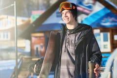 滑雪胜地的愉快的挡雪板 库存照片