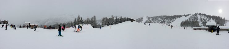 滑雪胜地的滑雪者 免版税库存图片