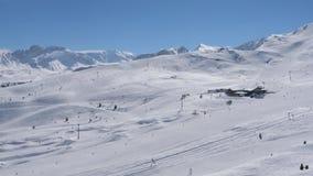 滑雪胜地的看法在山的在与明亮的太阳的冬天 股票录像