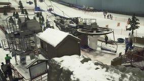 滑雪迪拜是与22,500平方米的室内滑雪胜地室内滑雪区域股票英尺长度录影 股票录像