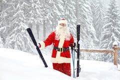 滑雪风景的背景的圣诞老人滑雪者 免版税库存照片