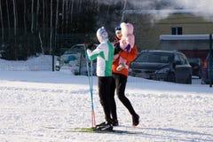 滑雪,冬天,滑雪教训-山腰的滑雪者 俄罗斯Berezniki 2018年3月11日 库存图片