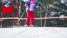 滑雪,冬天,滑雪教训-山腰的滑雪者 免版税图库摄影