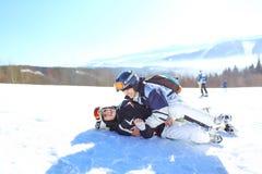 滑雪,冬季体育-年轻滑雪者,获得的夫妇画象在滑雪的乐趣 选择聚焦 免版税库存照片