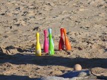 滚保龄球在海滩和碗 免版税库存照片
