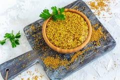 滚保龄球用五谷芥末和黄色芥菜籽 库存照片