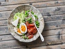 滚保龄球用奎奴亚藜,鸡蛋,鲕梨,蕃茄,绿豆 健康饮食食物概念 顶视图 库存图片