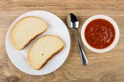 滚保龄球用蕃茄开胃菜、匙子和板材用面包 库存图片