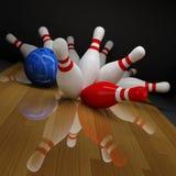 滚保龄球的被中断的九柱游戏用的小&# 免版税库存图片