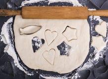 滚动与一根木滚针的面团曲奇饼的 图库摄影