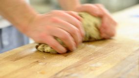 滚动两个德国圣诞节葡萄干Stollen用他的两只手的面包师 股票视频