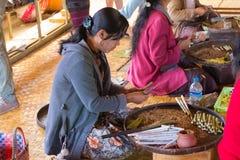 滚动传统雪茄的妇女在Inle湖,缅甸 免版税库存照片