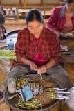 滚动传统雪茄的妇女在Inle湖,缅甸 免版税库存图片