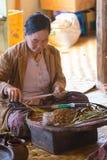 滚动传统雪茄的妇女在Inle湖,缅甸 库存照片