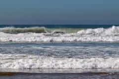滚动和打破在沙滩的大西洋波浪在阿加迪尔,摩洛哥,非洲 免版税库存图片