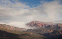 滚动在从史密斯` s Mesa的Kolob手指的云彩的看法在南犹他 库存图片