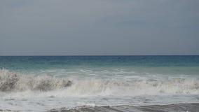 滚动在海岸泡沫的泡沫似的波浪创造由在陆间海海岸线的大海 股票视频