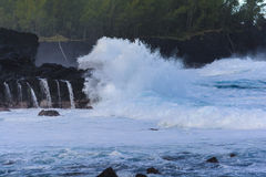 滚动在火山岩的膨胀在雷乌尼翁冰岛 库存照片