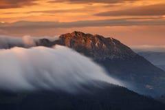 滚动在Udalaitz山巴斯克地区的云彩 免版税库存图片