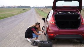 滚动备用轮胎的性加工好的妇女在路 影视素材