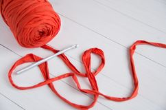 滚动棉纱品和钩针在白色木背景 钩针编织,爱好,针线,自我实现的概念 库存照片