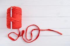 滚动棉纱品和钩针在白色木背景 钩针编织,爱好,针线,自我实现的概念 免版税库存照片