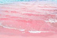 滚动泡沫似的起波纹的清楚的海的波浪变粉红色沙子岸土耳其玉色水 美好的平静的田园诗风景 免版税库存图片