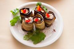 滚动用茄子充塞用甜椒和荷兰芹在陶器板材 免版税库存图片