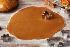 滚动的姜饼面团和杉树形状在桌上 库存图片