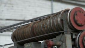 滚动的导线的圆的路辗 导线工厂 影视素材