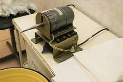 滚动的牙齿棉塞一个老机器 免版税库存照片