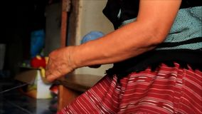 滚动蓝色被洗染的螺纹的球当地卡伦Sgaw小山部落妇女为准备编织传统衣物和cra的手 股票录像