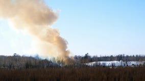 滚滚向前从受控火的烟在一个掩埋场在冬天在明尼苏达 影视素材