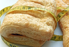 滚的小圆面包片状果酱评定红色 免版税库存照片